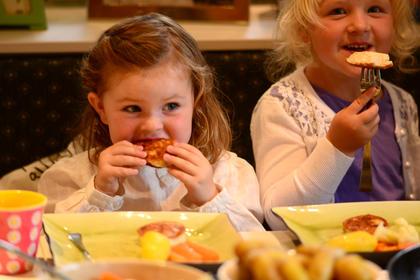 Barn som spiser fiskekaker